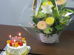 お誕生日ケーキとお花.JPG